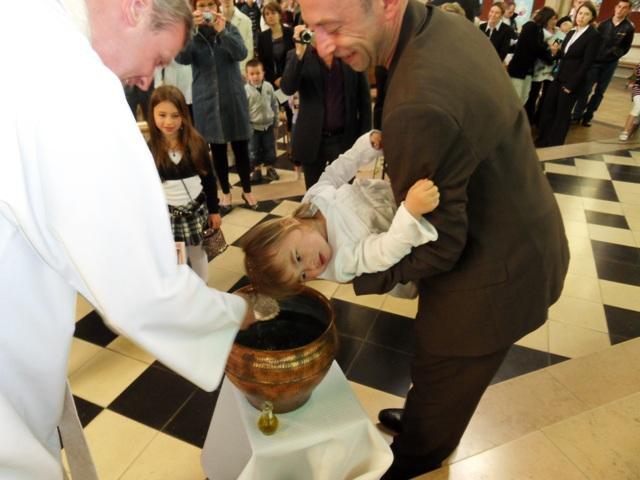 Baptisé dans le Christ avec l ' eau bénite de la Veillée pascale