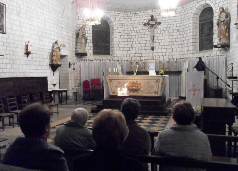Personnes en prière dans le silence . Pont -de -Metz 4 Nov 2010