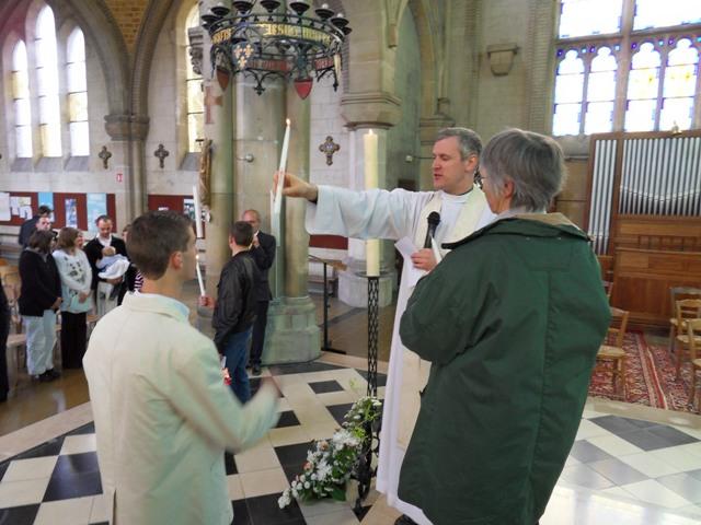 Remise de la la lumière du Christ provenant du cierge pascal pour éclairer le chemin du baptisé.